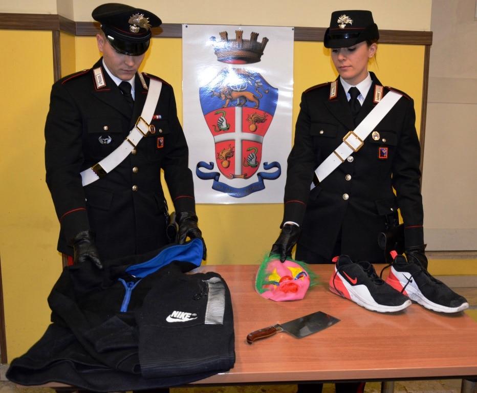MONTESACRO - Gli abiti e la maschera di carnevale indossati dal rapinatore arrestato dai Carabinieri (1)-2
