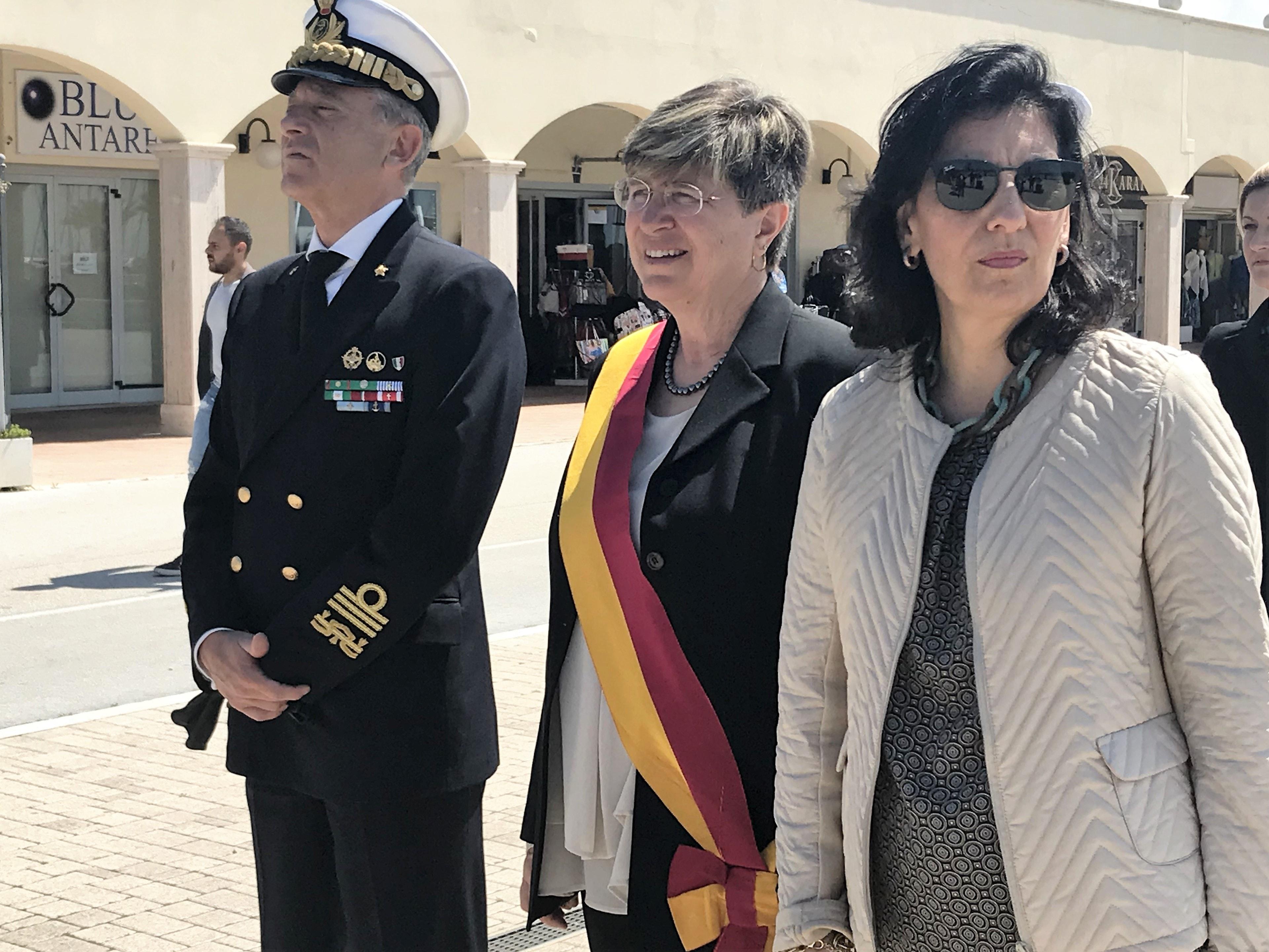 Municipio X, a sinistra l'ammiraglioPettorino a destra Prefetto vicario Volpe-2