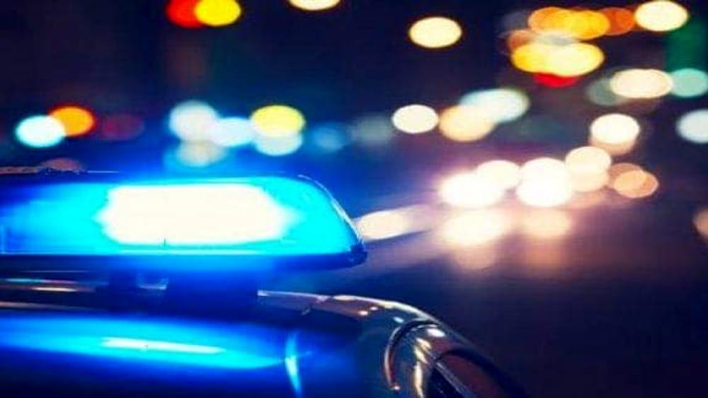 """Voglio andare in galera"""": lancia sassi contro il commissariato e viene arrestato"""