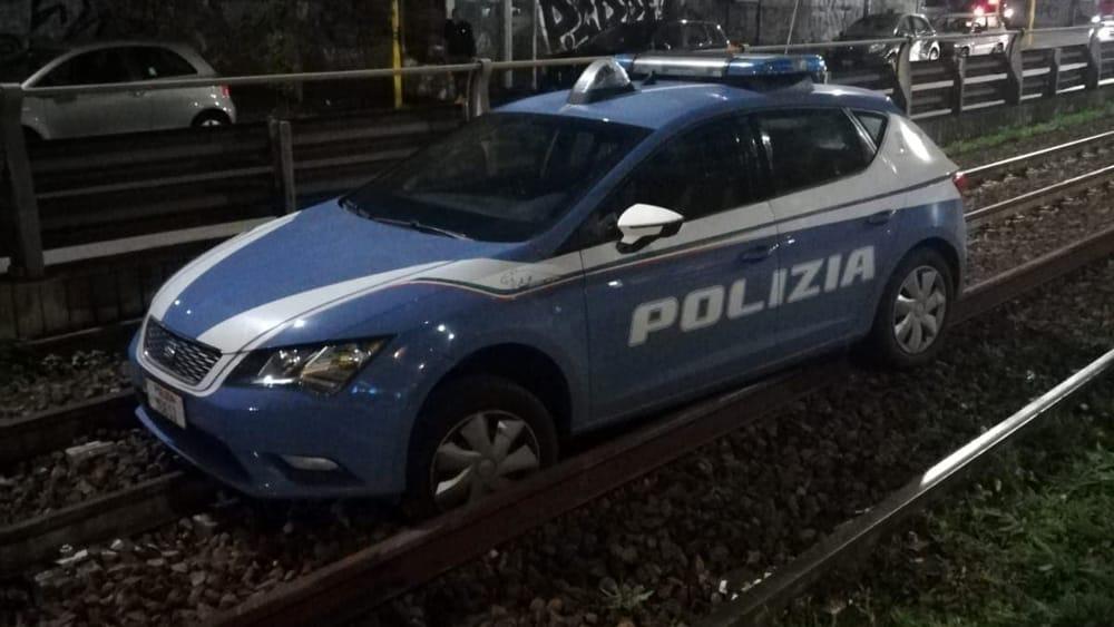 Incidente sulla Casilina: volante della polizia ferma sui binari della Termini Centocelle