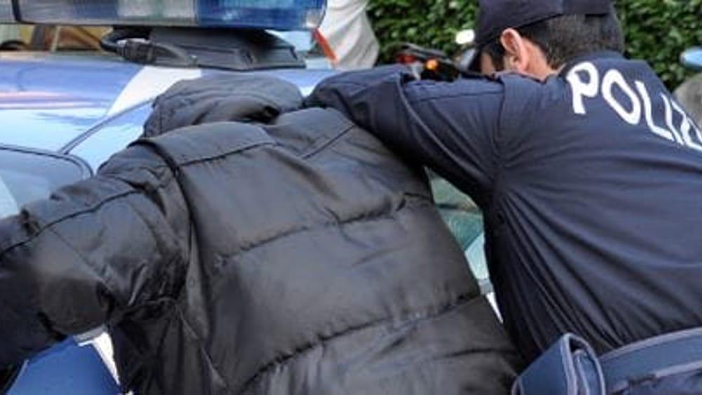 Sequestrato in casa da 5 persone, legato e rapinato del suo stipendio: presa tutta la banda