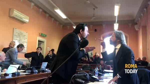 VIDEO | Accuse, insulti e cori: il consiglio del X Municipio come uno stadio