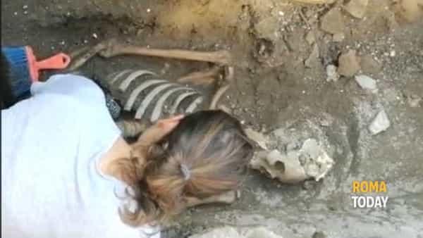 La mummia di Piramide: fuori dalla stazione metro spunta uno scheletro