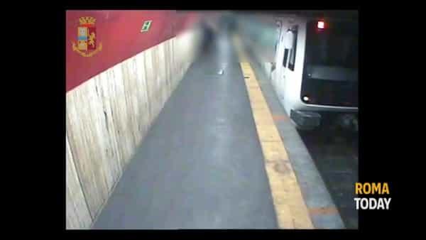 VIDEO | Armato di pistola sulla banchina della metro, 50enne incastrato dalle telecamere