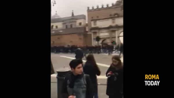 VIDEO | Tifosi Eintracht a Roma: bottiglie rotte a piazza del Popolo e tensione al Flaminio