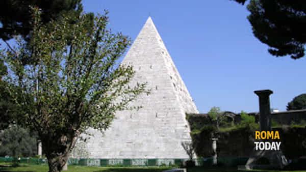 Il Cimitero Acattolico ai piedi della Piramide