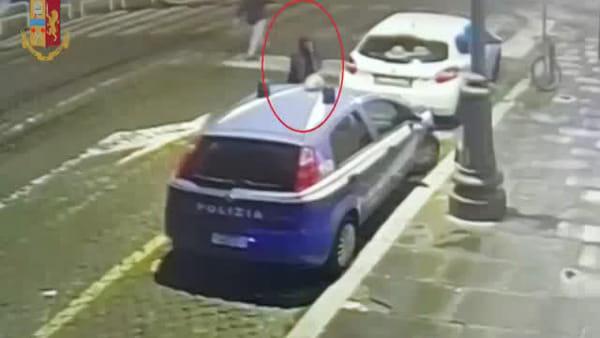 VIDEO | Auto della polizia danneggiata fuori dalla discoteca, le immagini delle telecamere di sorveglianza