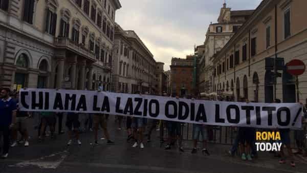 Seconda maglia Lazio 2016/2017 a casa dei tifosi: foto e video