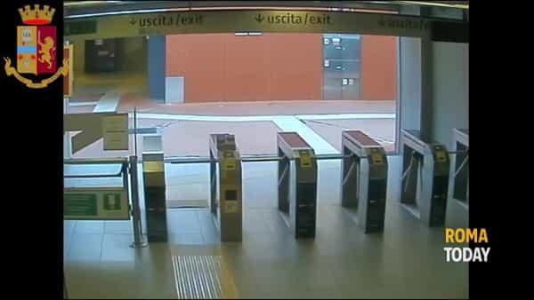 VIDEO | Rapinatore seriale scippa anziana e scappa in metro, le immagini