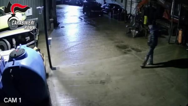 VIDEO | Entrano in centro di autodemolizioni per rubare batterie e benzina, le immagini