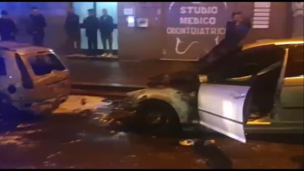 Ciampino, mezzanotte di fuoco: due auto distrutte dalle fiamme