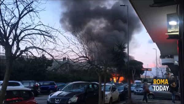 VIDEO | Incendio ad Ostia: le immagini del rogo