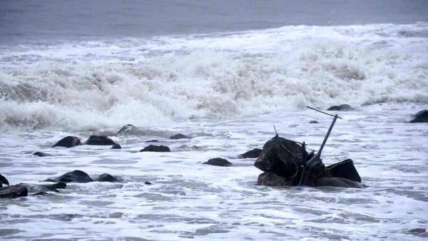 Maltempo ad Ostia, la mareggiata spazza via Nettuno: la statua del Pontile distrutta