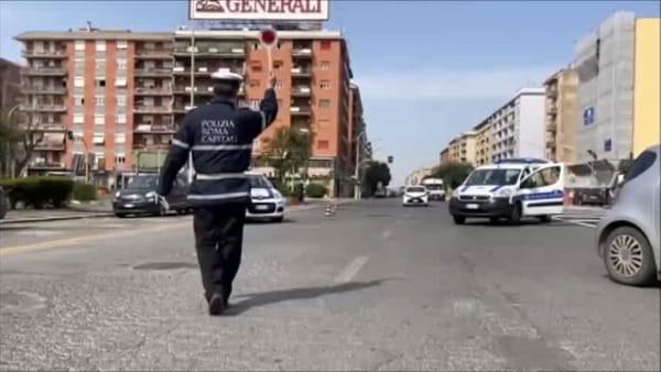 Coronavirus, a Roma posti di blocco per tutti della Polizia Locale: le immagini
