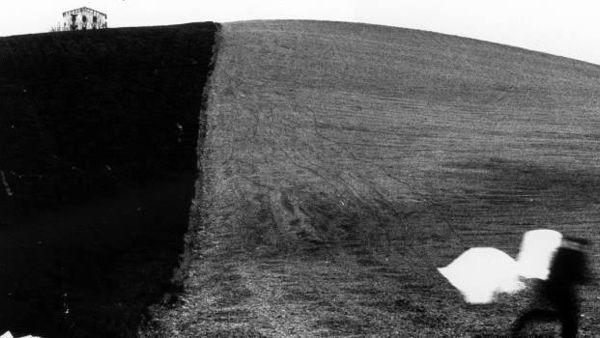 Mario Giacomelli. La figura nera aspetta il bianco