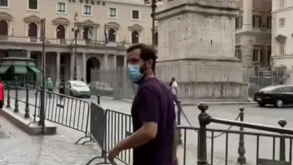 VIDEO | Totti realizza il suo sogno, si gode Roma: la passeggiata in centro diventa virale