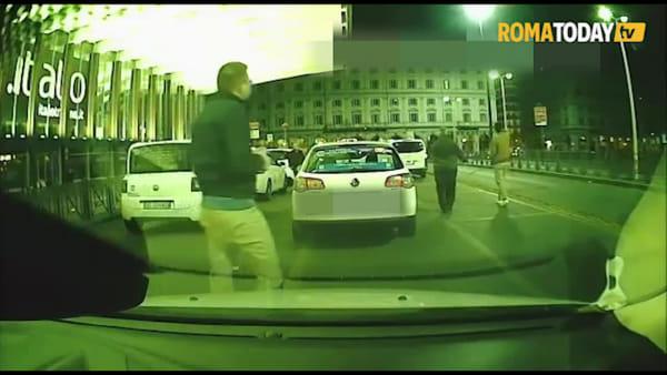 VIDEO | Paura a Termini, armato di una mazza di ferro colpisce i taxi nell'area di sosta