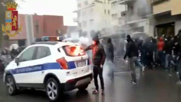 VIDEO | Le immagini degli scontri prima di Lazio-Atalanta, ultras bruciano auto dei vigili