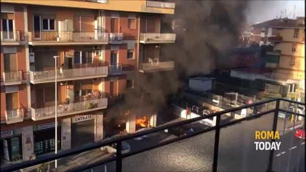 VIDEO | Autofficina in fiamme a Tor Tre Teste, l'incendio partito da una vettura in riparazione