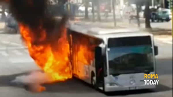Il bus in fiamme a piazza Cantù
