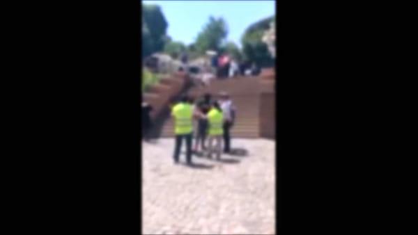 VIDEO | Vigili aggrediti da gruppo di abusivi al Colosseo