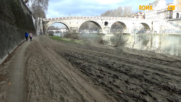 VIDEO | Banchine del Tevere chiuse e abbandonate a fango e degrado: la gimkana di runner e ciclisti