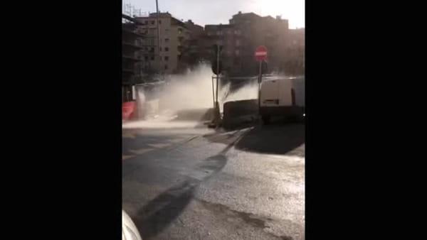 VIDEO | Non c'è pace alla Balduina: si rompe tubatura, fontana d'acqua allaga la strada