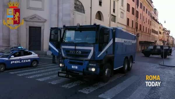 VIDEO | Coronavirus: idranti del Reparto Mobile sanificano le strade della Capitale