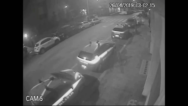 VIDEO | Imbrattano commissariato ed auto della polizia, le immagini che incastrano i due vandali