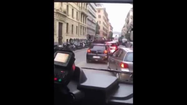 VIDEO | Lazio-Eintracht, tifosi tedeschi marciano su Roma. Auto bloccate nel traffico