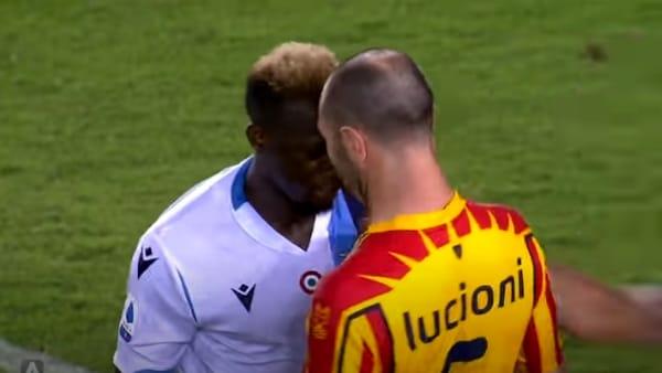 VIDEO | Lecce-Lazio 2-1: notte fonda e Patric morde l'avversario. Gli highlights