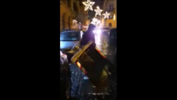 VIDEO | Carabiniere aggredito da incappucciati a Trastevere