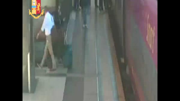 Termini: vestiti eleganti si confondevano tra i passeggeri e rubavano bagagli, il video