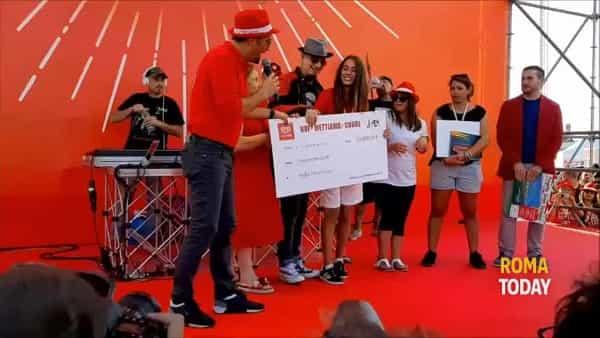 VIDEO | J-ax canta Ostia Lido al Pontile e dona 50mila euro ad associazione disabili