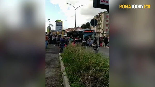 VIDEO | Metro C ferma e navette insufficienti: i passeggeri bloccano il bus strapieno