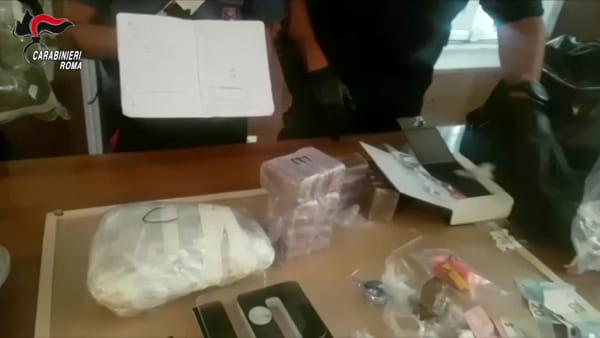 VIDEO | Una piccola cassaforte in un libro, così nascondevano la droga a Torpignattara