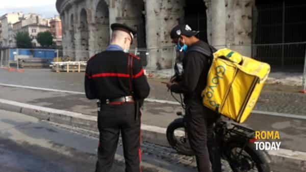 Inchiesta sul caporalato per i riders sottopagati: controlli a tappeto su paghe e prenotazioni