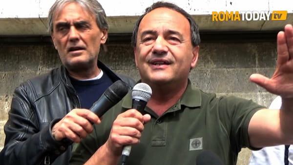 """Mimmo Lucano a La Sapienza scortato dagli studenti: """"Siamo l'onda rossa contro quella nera, sono uno del popolo"""""""
