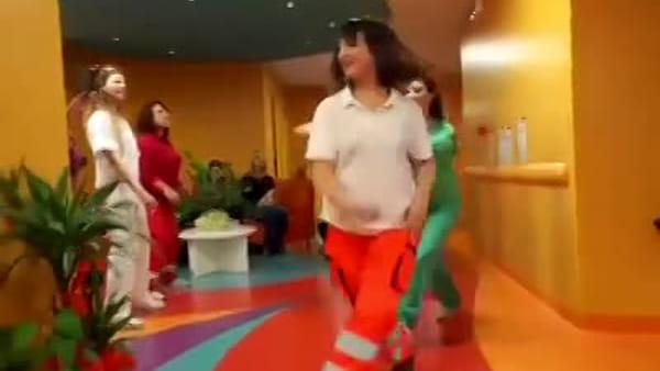 VIDEO | Giornata mondiale contro il Cancro, un sorriso a passo di danza al reparto oncologia dell'ospedale