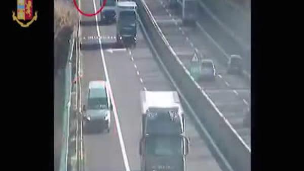 VIDEO | Perde carico del furgone, autista attraversa autostrada per recuperarlo