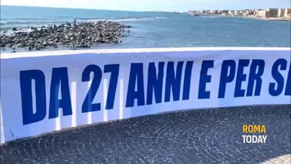 VIDEO | I fan di Laura Pausini si prendono Ostia: striscione e fumogeni dove fu girata La Solitudine