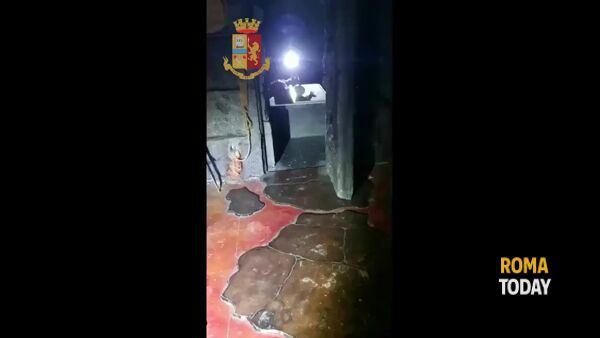 Lo sgabuzzino della droga, un chilo di cocaina dietro la porta finestra dell'escape room. Il video