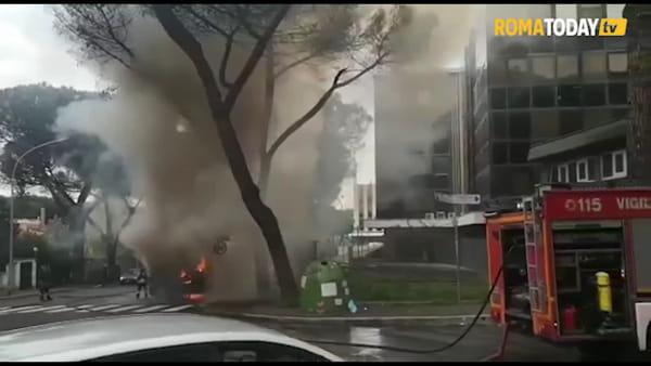 VIDEO | Bus in fiamme a Mostacciano, l'intervento dei vigili del fuoco