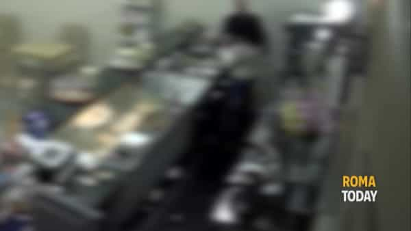 VIDEO | Picchia la compagna nel suo bar e la minaccia con un coltello, le immagini delle violenze