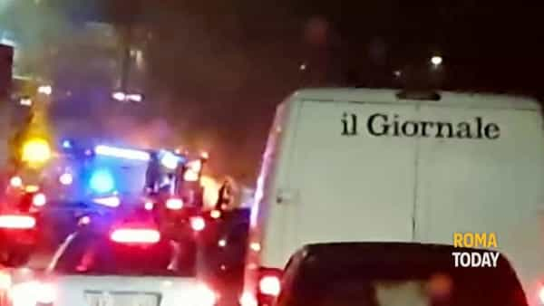 VIDEO | Auto in coda sul Raccordo: incendio distrugge bus Atac