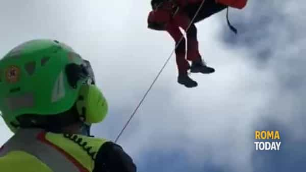 VIDEO | Gran Sasso: s'infortuna cadendo, escursionista recuperata con l'elicottero