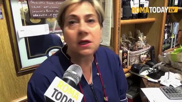 VIDEO | Strade sporche e invase dai rifiuti a Fontana di Trevi: a pulire ci pensano i commercianti