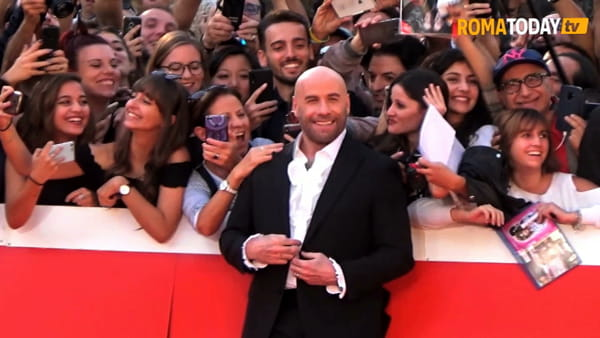 "VIDEO | Festa del Cinema, ovazione per John Travolta. Sul red carpet gioca con i fan: ""Rispondo loro con l'amore"""