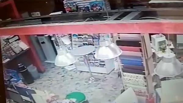 VIDEO   Rapinatore messo in fuga dalla proprietaria del tabacchi, le immagini