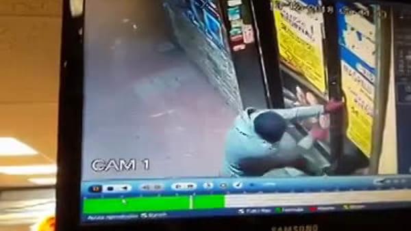 VIDEO | Ladri scassinano il supermercato e scappano con la cassa